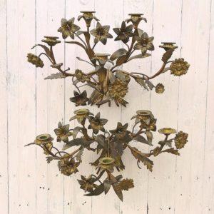 Grande paire d'applique en bronze, époque Napoléon III, à décor de fleurs de lys et orné d'un noeud ruban. Elles pèsent 2,5 kg chacune. De très belle facture. Manque une petite fleur et une fleur de lys sur une applique et une fleur de lys sur l'autre. Non électrifiée. Bronze à nettoyer. Dans leur jus, bon état général. Hauteur : 35 cm Largeur : ~ 50 cm