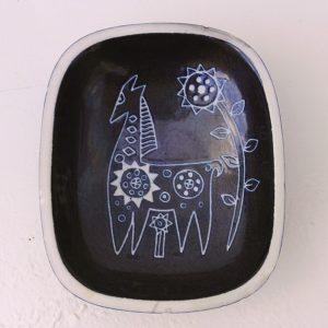 Coupelle ou vide poche en grès porcelainique, à décor sacrifié d'un cheval et d'une fleur de tournesol. Petits éclats sur le rebord. Bon état général. Dimensions : 13,5 x 11 cm Hauteur : 4 cm
