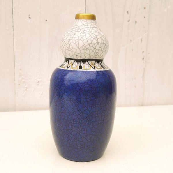 Petit vase en céramique craquelée danois de Copenhague, signé Dahl Jensen. Frise doré et noire au niveau du cintrage du vase, liseré doré sur le col. Excellent état. Hauteur : 12 cm