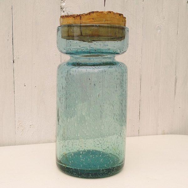 Pot ou bocal en verre soufflé de la verrerie de Biot. Reconnaissable aux nombreuses bulles dans le verre typique de cette manufacture. Bouchon en liège. Trace d'usage sur le bouchon, quelques petites tâches à l'intérieur. Très bon état. Hauteur : 24 cm Diamètre : 11,5 cm