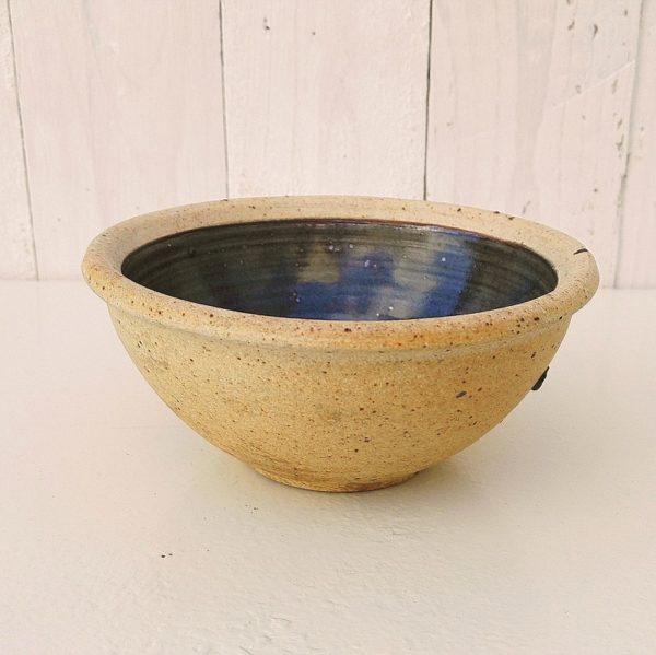 Bol en grès pyrité émaillé bleu sur l'intérieur, par Pierre Digan à La Borne. Datant des années 60. Quelques petits défauts de cuisson sans gravité. Très bon état. Hauteur : 7 cm Diamètre : 14,5 cm