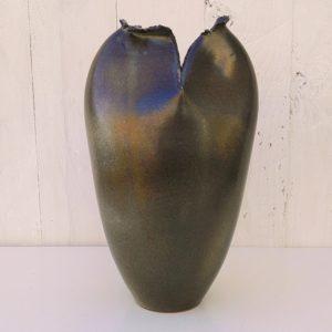 Vase en céramique de forme libre par Francis Milici à Vallauris. Col à effet pincé et replié. Signé sur le dessous Sassi Milici Vallauris. Excellent état. Hauteur : 25 cm