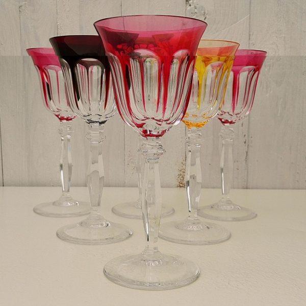 Six verres à facettes en cristal de couleur, comprenant trois de couleur rosé, un vert, un jaune et un aubergine. Ils sauront égayer vos tables de fêtes. Excellent état Hauteur : 19,5 cm Diamètre : 8,5 cm