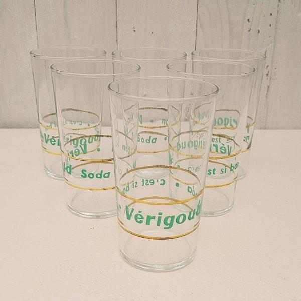 Série de six verres publicitaires pour la marque de soda Vérigoud. Un liseré doré entourant la marque. Excellent état. Hauteur : 12 cm Diamètre : 7 cm
