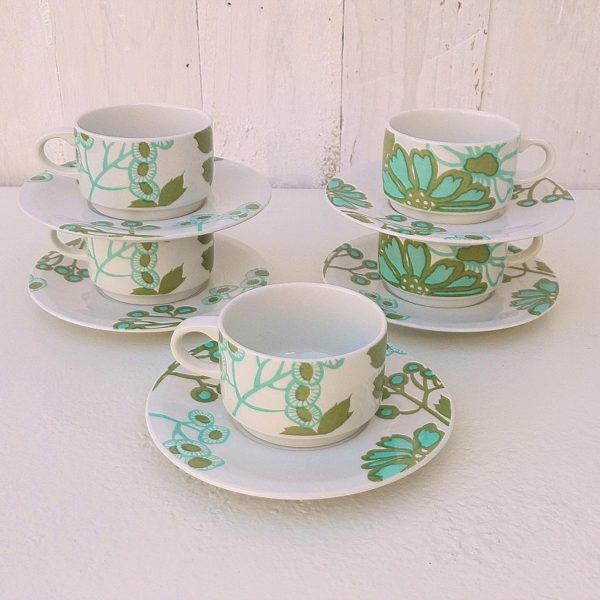 Cinq tasses à café et sous-tasses de la manufacture Villeroy & Boch, modèle Scarlett. Décor dessiné par Christine Reuter. Petites rayures d'usage. Excellent état. Diamètre tasse : 6,5 cm Hauteur tasse : 4 cm Diamètre sous-tasse : 13 cm