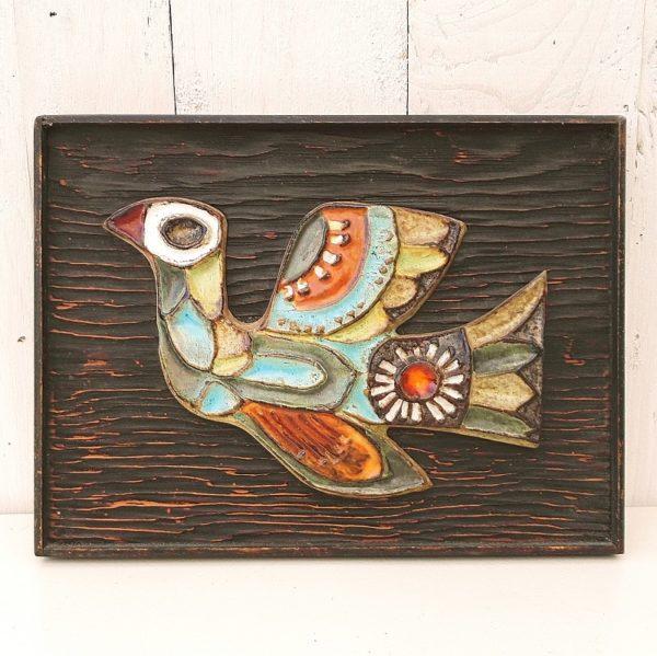 Oiseau en céramique posé sur panneau de bois par Roland Zobel, les Cyclades Anduze. Très bon état. Dimensions : 24 x 18 cm
