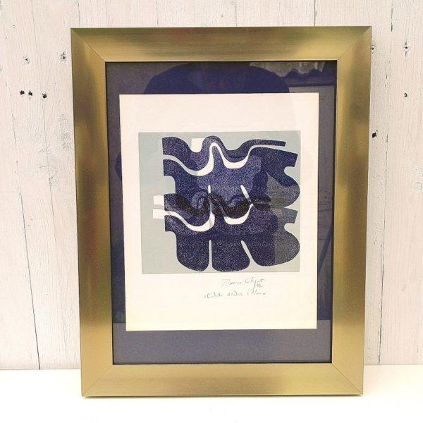 Lithographie abstraite contemporaine dans les tons de bleus. Signée et annotée au crayon gris sur le bas. La signature est à identifier. Encadrement en aluminium brossé. Quelques jaunissures sur la partie blanche du bas. Bon état général. Dimensions avec cadre : 46,5 x 36 cm