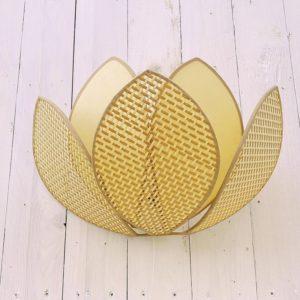 Applique vintage, représentant une fleur de lotus, composée de trois pétales en cannage sur le devant et de deux pétales en tissus sur l'arrière. Possède un fil à tirer pour l'allumer sur le dessous. Quelques petites tâches sans gravité. Très bon état. Hauteur : 27,5 cm Longueur : 37,5 cm Profondeur : 17 cm