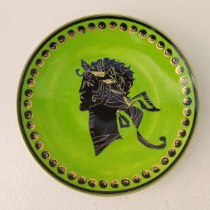 """Rare assiette en porcelaine intitulée """" Les mythologies"""" représentant Apollon, par Christian Lacroix le célèbre couturier. Petites rayures d'usage. Excellent état. Diamètre : 21 cm"""