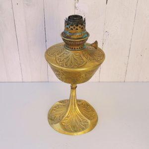 Pied de lampe à pétrole en bronze art nouveau, signée Georges Leleu, datant du début XX éme, à décor de motifs floraux sur le bol et le pied. Traces de vert de gris au niveau de la mollette de la mèche ainsi que sur le bec de lampe. Une soudure de réparation entre le bol et le pied. Trois petits trous au niveau du bec de lampe. Dans son jus. Hauteur : 32 cm