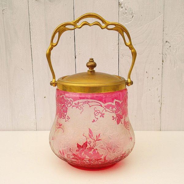 Pot à biscuits en cristal de Baccarat, décor dégagé à l'acide représentant des fraises et fraisiers. Anse et couvercle en métal doré. Traces d'usage sur le couvercle. Très bon état. Hauteur sans anse : 15 cm Hauteur avec anse : 27 cm Diamètre : 11,5 cm