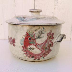 Pot couvert à l'oiseau en céramique, par Gustave Reynaud pour le mûrier à Vallauris. Parfait état. Hauteur sans couvercle : 12 cm Diamètre : 18 cm