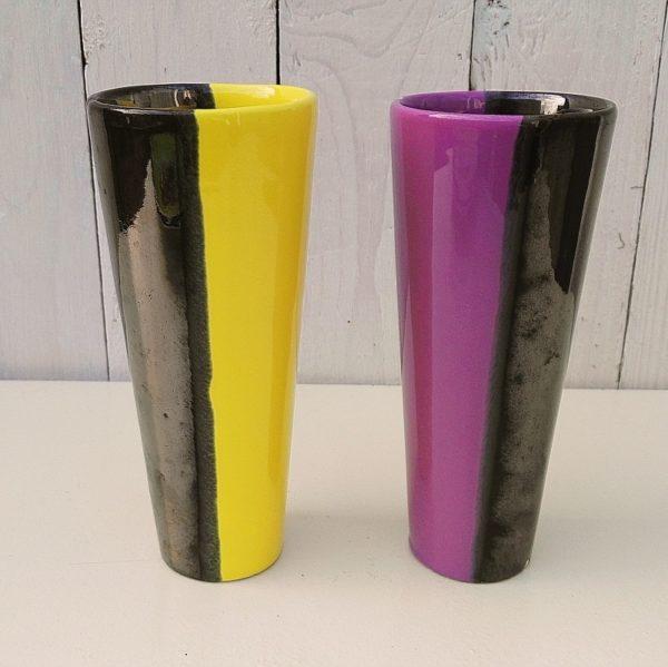 Paire de vases cornets en céramique bicolore, datant des années 50-60, faisant penser au travail d'Elchinger. Une égrenure sur le vases violet, parfait état pour le jaune. Très bon état général Hauteur : 18 cm Diamètre col : 7,5 cm