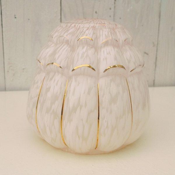 Globe en verre opalin tacheté de rose rehaussé de liserés dorés, modèle Clichy. Petites égrenures au niveau de l'emplacement de la douille, dorure partiellement effacée sur quelques endroits. Bon état. Hauteur : 12 cm