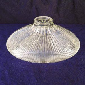 Suspensionen verre strié datant des années 50. De la marque Holophane. La particularité des verres holophane est la très bonne diffusion de la lumière. Excellent état. Diamètre : 23,5 cm