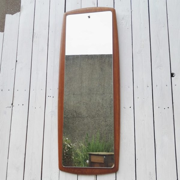 Grand miroir scandinave datant des années 60, entourage en teck. Rayures et petites traces d'usage sur le contour teck. Miroir en bon état. Très bon état général. Dimensions : 92 x 34 cm