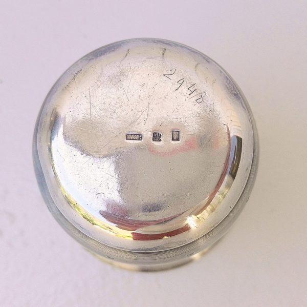 Timbale de baptême en métal argenté, poinçon d'Armand Frenais. Décor strié et points avec un médaillon monogrammé (141 M .G) en majuscule sur le devant Quelques tâches d'oxydation superficielles. Rayures d'usage à l'intérieur et extérieur, petits chocs sur la base, Manque d'argenture dans le fond de la timbale Bon état. Hauteur : 8 cm Diamètre : 7 cm