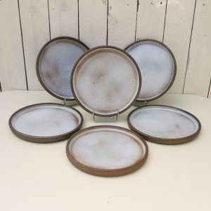 Lot de six assiettes plates en grès, atelier la hulotte par Norbert Pierlot au château de Ratilly. Très bon état général. Diamètre : 21,5 cm