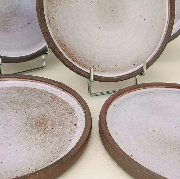 Lot de six assiettes à desserten grès, atelier la hulotte par Norbert Pierlot au château de Ratilly. Très bon état général. Diamètre : 18,5 cm