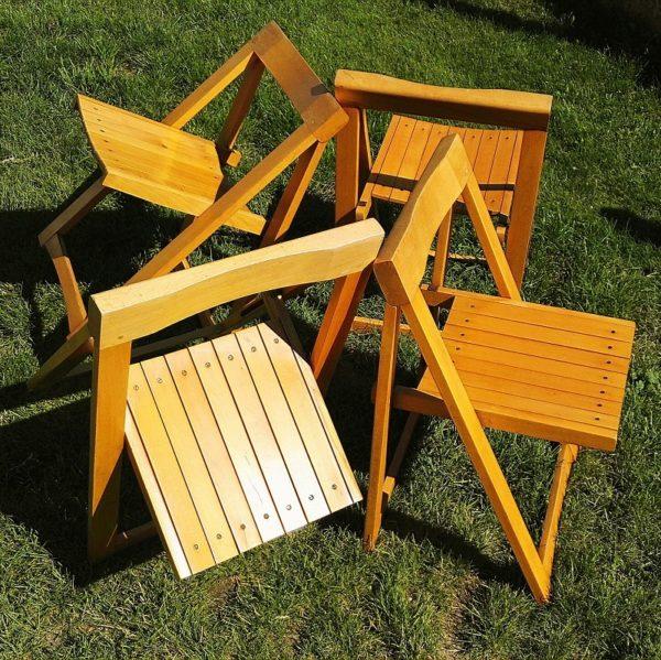 Lot de quatre chaises pliantes datant des années 60 en hêtre massif, dessinées par Aldo Jacober. Forme épurée et pratique. Idéales pour un petit intérieur car elles ne prennent pas de place une fois pliées. Traces et rayures d'usage, quelques frottements et petits accrocs sans gravité. Un petit fêle sur une latte d'une chaise sans conséquence. Bon état général. Hauteur totale : 83 cm Hauteur assise : 43 cm Largeur : 46,5 cm Profondeur : 45 cm Dimensions pliées : Hauteur : 83 cm Largeur : 46,5 cm profondeur : 4 cm