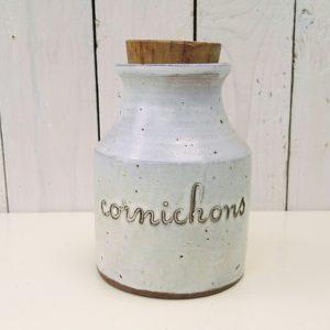 Pot à cornichons en grès, atelier la hulotte par Norbert Pierlot au château de Ratilly. Très bon état général. Hauteur : 16 cm