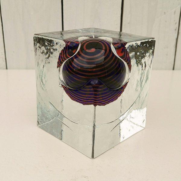 Presse papier en verre épais, inclusion d'une sphère colorée dans un cube en verre transparent. Moderne et design. Le sulfure est très lourd. Excellent état. Dimensions : 9,5 x 8 x 8 cm