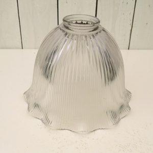 Suspensionen verre strié datant des années 50. De la marque Holophane. La particularité des verres holophane est la très bonne diffusion de la lumière. Légèrement bleuté. Très bon état. Hauteur : 14,5 cm Diamètre max : 20 cm Diamètre au col : 5,5 cm