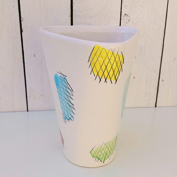 Vase triangulaire en céramique au décor coloré abstrait. Datant des années 60, signé sur le dessous PL pour Poët Laval. Quelques micros égrenures au col, et un petit fêle sans gravité. Très bon état. Hauteur : 20 cm