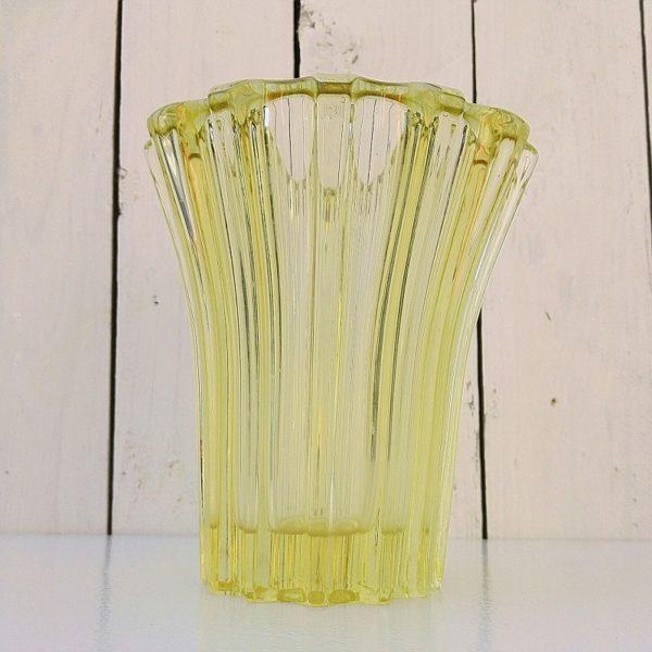 Vase en verre jaune épais datant des années 50 dessiné par Pierre d'avesn. Signé sur le dessous. Traces et rayures d'usage. Très bon état. Hauteur : 16,5 cm Diamètre col : 14,5 cm