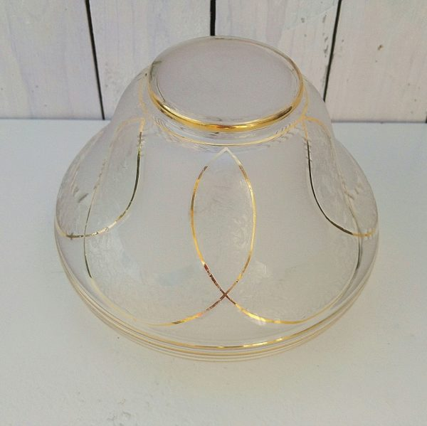 Grand globe en verre blanc rehaussé de liserés dorés, décor de feuillage en relief dans les entrelacs. Datant des années 50. Un petit éclat sur la base. Très bon état Hauteur : 16,5 cm Diamètre max : 21 cm Diamètre base du globe : 10 cm