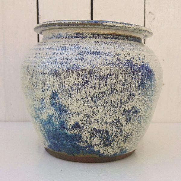 Vase boule en grès émaillé dans les tons bleus et gris. Signé en creux. Signature à identifier. Excellent état. Hauteur : 16 cm Diamètre : 15 cm