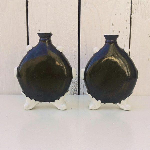 Paire de vases soliflores à la forme de gourde reposant sur deux pieds, en céramique datant des années 50. Signés Primavera. Sur un des vases le col a été cassé et recollé, l'autre a un petit défaut de cuisson sur le flanc. Bon état. Hauteur : 11,5 cm Largeur : 9,5 cm