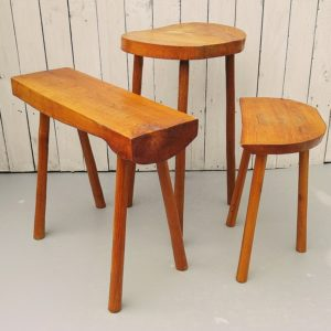Lots de trois meubles brutalistes en bois de couleur miel, composé d'une table, d'un tabouret et d'un petit banc ou petite console. Traces et tâches d'usage, insolation sur le plateau de la table. Bon état général. Hauteur table : 60 cm Dimensions plateau table : 39 x 31 cm Hauteur tabouret : 43 cm Dimensions assise : 34,5 x 21 cm Hauteur petit banc/console : 49 c Dimension plateau banc/console : 60 x 19,5 cm