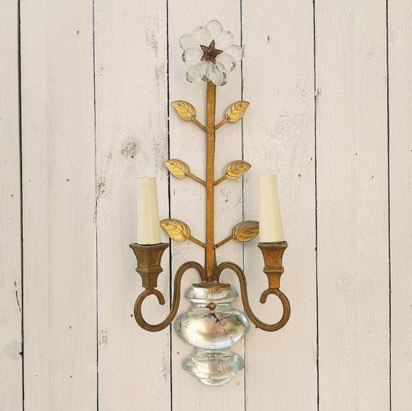 Applique en bronze doré de la maison Bagués, représentant une fleur dans un vase. Pétales en verre taillé, chaque feuille est recouvert de verre taillé, deux feux de lumière. Electrifiaction d'origine. De très belle facture. Très bon état. Hauteur : 47 cm
