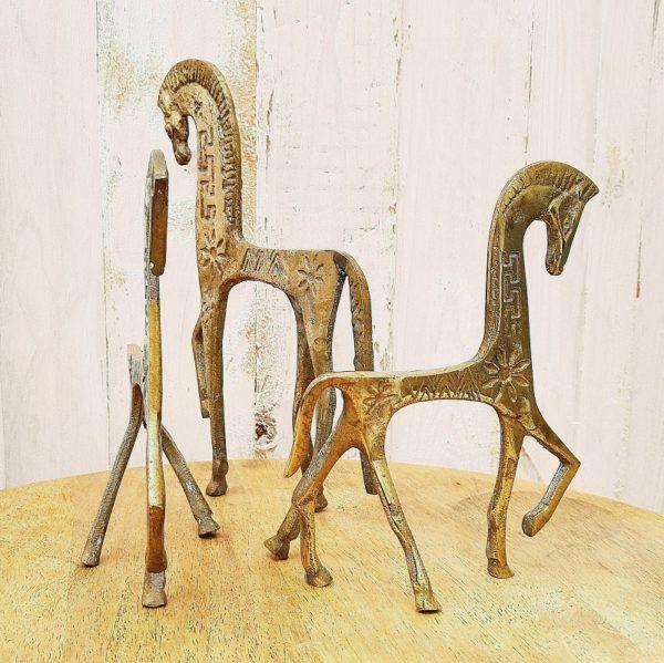 Chevaux en laiton dans le style de la production de la Grèce antique, décorés de fleurs et de motifs géométriques. Un grand et Deux plus petits forment le trio. Hauteur grand cheval : 23 cm Hauteur petits chevaux : 17 cm