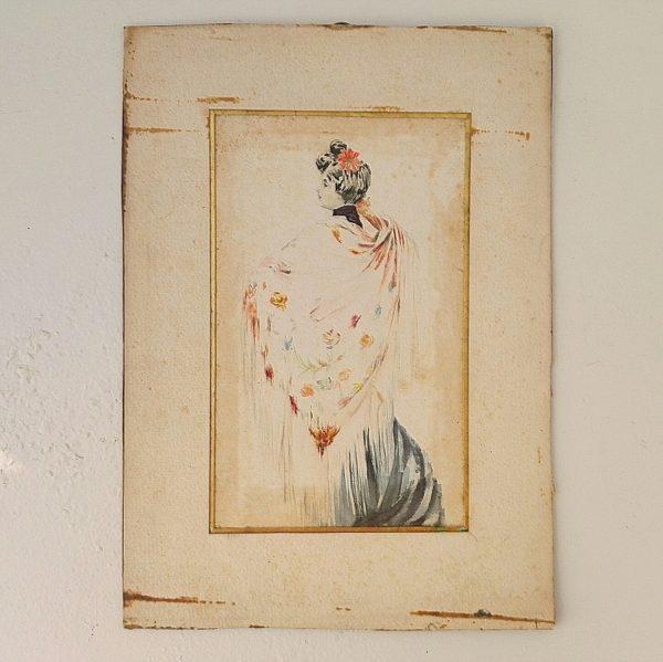 Ancienne aquarelle représentant une élégante déposant un châle fleuri sur ses épaules. Cette femme doit se préparer à sortir au vu de la coiffure affublée d'un fleur, et l'on distingue une robe bleue de soirée en bas du châle. Aquarelle jaunie, tâches sur le dessin et la marie-louise, papier frotté, encadrement doré afin de rehausser les couleur de l'aquarelle. Dans son jus Dimensions : 30 x 21,5 cm