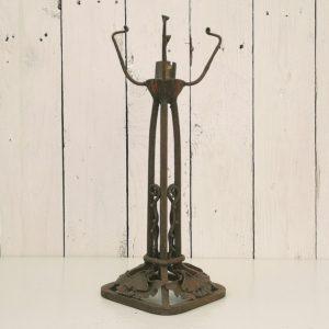 Pied de lampe at déco datant des années 30, en fer forgé martelé. Base carré orné de feuillage typique des ces années. Traces de corrosion superficielles, lampe à réélectrifier. Ne possède pas son globe. Dans son jus Hauteur total avec griffes du globe : 30 cm