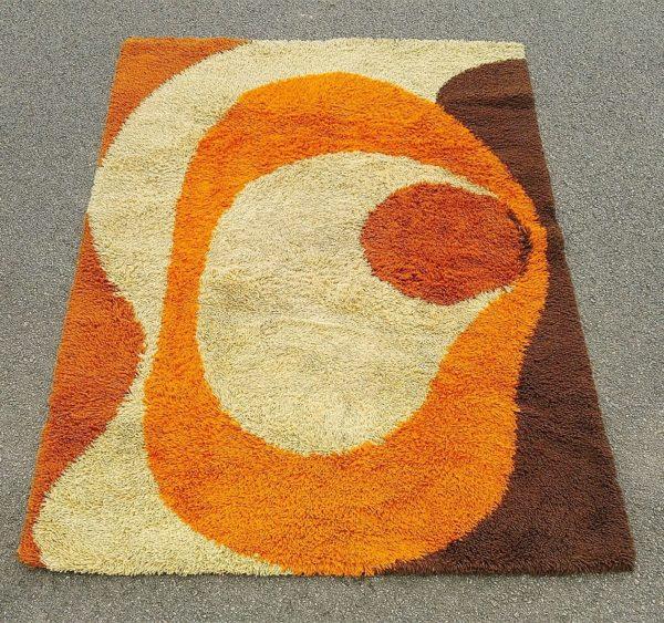 Grand tapis de la marque Desso, en laine polyacrylique, de fabrication Hollandaise, datant des années 70. Les couleurs pop typique de ces années sont encore très vives. Manque son étiquette, mais on y voit son emplacement Très bon état. Dimensions : 197 X 144 cm