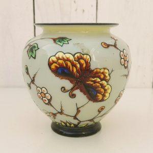 Vase boule en opaline à décor de fleurs et papillons émaillés, de style art nouveau. belle couche d'émail en relief. Un micro éclat au pied sans gravité. Très bon état. Hauteur : 10,5 cm Diamètre au col : 7,5 cm