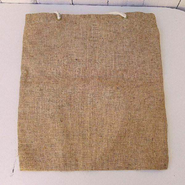 Ancien sac ou tote bag en toile de jute datant des années 60, de la marque Entremont. Sac vintage incroyablement tendance. Quelques petites taches sur le sac. Les couleurs sont très vives. Bon état général. Dimensions sans les bandoulières : 40 x 36 cm