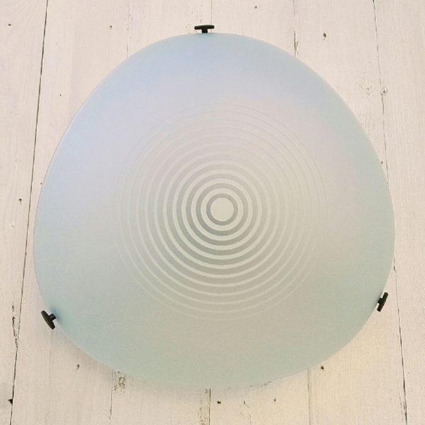 Applique ou plafonnier en verre givré modèle Utopia 32 dessinée par Ernesto Gismondi pour les éditions Artémide. Très belle qualité et diffusion de la lumière. Excellent état Dimensions : 32 x 32 x 32 cm Hauteur : 18 cm