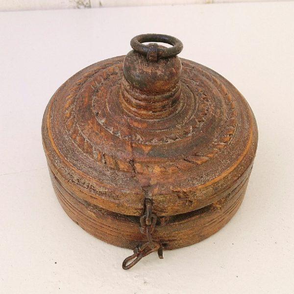 Ancienne boite à tikka, boite à épice en bois sculpté, d'origine du Népal ou du Rajasthan. Datant du début XXéme. Belle patine, quelques rayures et usures du temps. Bon état général Diamètre : 10 cm