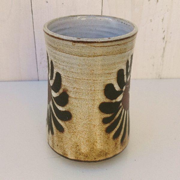 Chope vintage en terre cuite émaillée, décor floral avec une belle qualité d'émail. Elle peut aussi servir de vase. Très bon état. Hauteur : 13 cm Diamètre : 8 cm