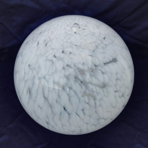 Important globe en verre opalin transparent tacheté blanc, modèle Clichy datant des années 40. Petites égrenures au niveau du col. Très bon état. Hauteur : 28 cm Diamètre col : 10,1 cm
