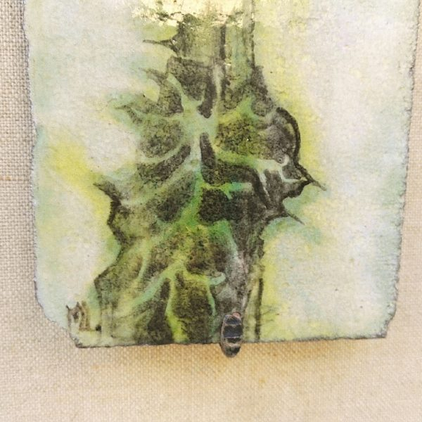 Belle plaque en pierre de lave émaillée à décor de chardon. Signée sur le bas du décor ML. La plaque est positionnée sur un morceau d'aggloméré tapissé de toile de jute. Quatre crochets maintiennent la pierre de lave. Salissures sur le jute Très bon état. Dimensions aggloméré : 65 x 23 cm Longueur Pierre de lave : 50 cm Largeur + : 13 cm Largeur - : 10 cm
