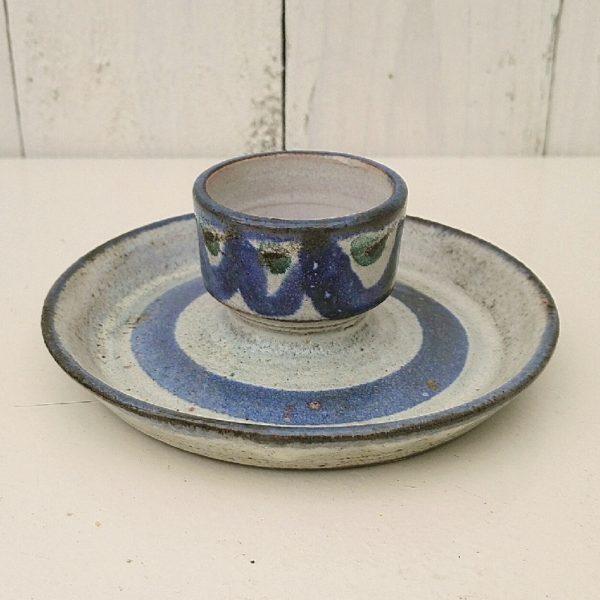 Coquetier en céramique datant des années 60, par Gustave Reynaud pour le mûrier. Signature sur le dessous. Excellent état. Diamètre max : 12 cm