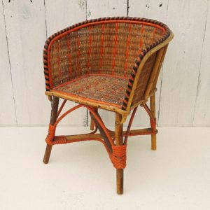 Petit fauteuil de poupée en rotin datant des années 50. Aucun manque de brin de rotin. Belle qualité. Très bon état. Hauteur assise : 17 cm Hauteur totale : 30 cm Largeur : 22 cm Profondeur : 7 cm