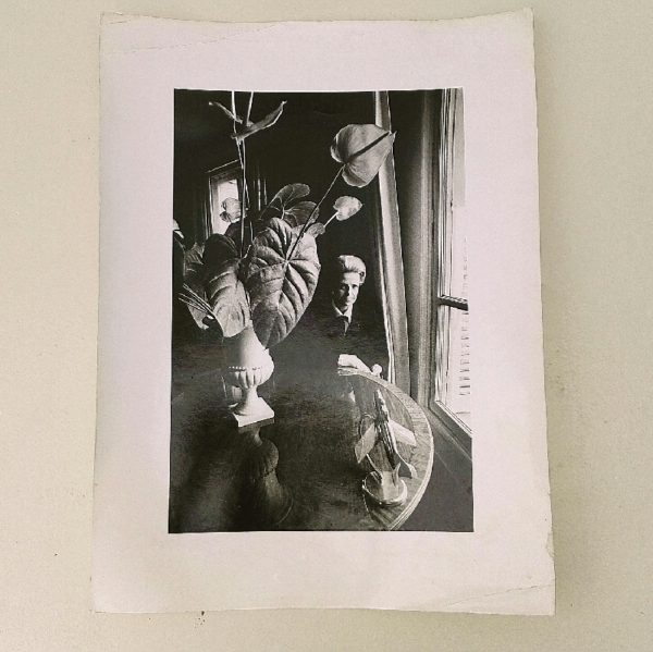 """Tirage photographique en noir et blanc de Jeanloup Sieff, représentant Jacqueline Auriol , la première femme française pilote d'essai. Tampon de Jeanloup Sieff sur l'arrière et une annotation """" Vogue"""" . Trace de pliures sur la maryse. Quelques petites tâches sans gravité. Bon état général. Dimensions : 40 x 30 cm"""
