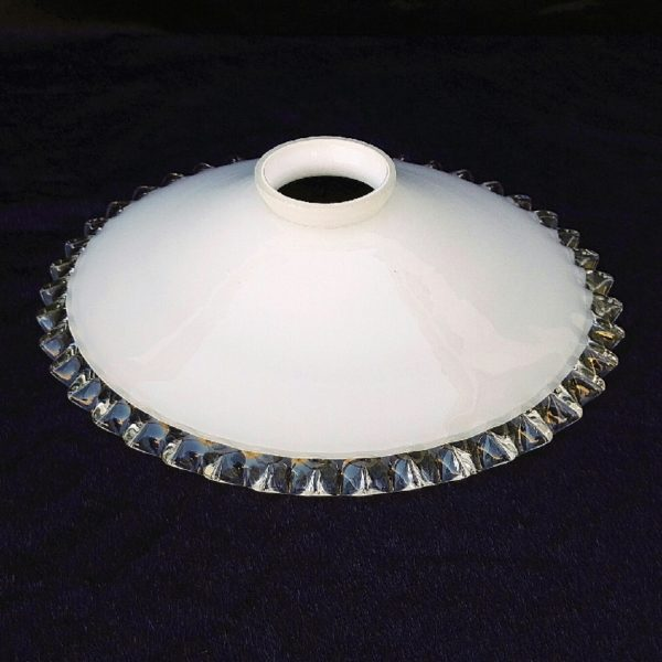 Ancien abat jour galette en verre blanc bordé de verre transparent datant des années 50. Effet dentelé. Excellent état. Diamètre : 24,5 cm Diamètre douille : 5,5 cm