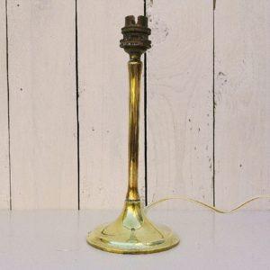 Pied de lampe tulipe en bronze massif doré, signé d'un monogramme et Paris. Très belle qualité du bronze faisant penser au travail Perzel. Electrification d'origine, quelques rayures et traces d'usage. Bon état général. Hauteur : 24,5 cm Diamètre du pied : 10 cm